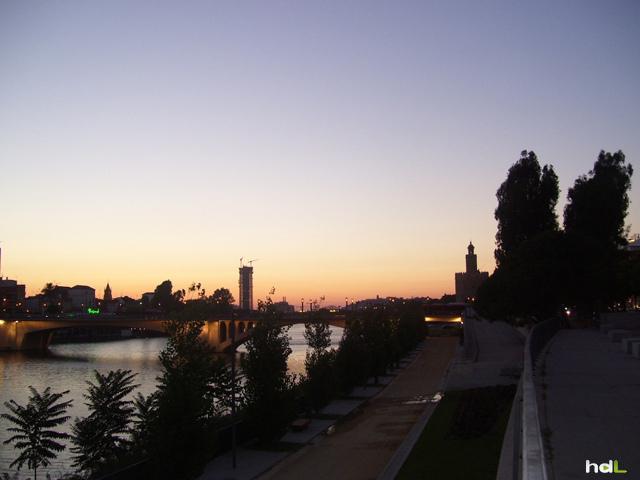 HDL Atardecer con el puente de Triana y la torre Pelli al fondo. Sevilla