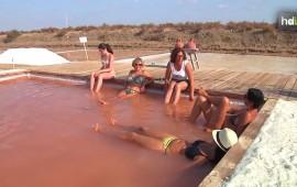 El spa se encuentra en la Chiclana de la Frontera (Cádiz), en la Salina `Santa María de Jesús´. La idea surgió por casualidad. Hace algún tiempo, dejaron sin secar uno de los 32 tajos de la salina. Fue entonces cuando sus responsables, el Centro de Recursos Ambientales 'Salinas de Chiclana', descubrieron la alta concentración de magnesio y sulfato que contenía ese agua y sus efectos terapéuticos.  A partir de ahí decidieron poner en marcha el primer spa salino de Andalucía, en pleno corazón de la Bahía de Cádiz. Un atractivo más para conocer una explotación activa desde el siglo XIX.