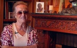 """Tras 50 años dedicada a la escritura, la poeta malagueña María Victoria Atencia se ha convertido en 2014 en la primera española en ganar el Premio Reina Sofía de Poesía Iberoamericana. Un galardón que la llena de emoción y que la ha rejuvenecido, al igual que su elección como autora del año en Andalucía por parte del Centro Andaluz de las Letras. Su poesía es """"muy íntima y de la naturaleza"""" y bebe de los grandes autores de la Generación del 27. Hija Predilecta de Andalucía, ya en 1998 obtuvo el Premio Nacional de la Crítica y en 2010, el Premio de Poesía García Lorca. No siempre ha tenido los pies en el suelo, ya que en 1971 obtuvo el título de piloto de aviación, una pasión que le dio otro punto de vista y que se refleja también en su poesía."""