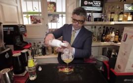 Manolo Martín, natural de Arahal (Sevilla), se divierte con su trabajo, y lo ha hecho siempre. Con más de 15 años de experiencia en el mundo de la coctelería clásica internacional, ha competido al más alto nivel, llegando a ser campeón del mundo de cóctel en 2011 en Polonia. Ahora está alejado de la competición y se ha metido de lleno en el trabajo de creación en la destilería Joaquín Alonso, la más antigua de Granada, desde donde ha creado una nueva ginebra, Bruni Collin's Gin.