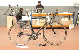 """El basalto es una roca de origen volcánico de la que se obtiene una fibra caracterizada por su flexibilidad. Esa propiedad es lo que ha hecho que los ingenieros de Racormance la utilicen para construir bicicletas que absorben mejor los impactos provocados por las irregularidades del terreno. """"Se traduce en menos fatiga para el ciclista"""", asegura Enrique Romero, uno de los miembros del equipo de desarrolladores. Han empezado por bicicletas de carretera, pero ya piensan en fabricar mountain bikes en el futuro."""
