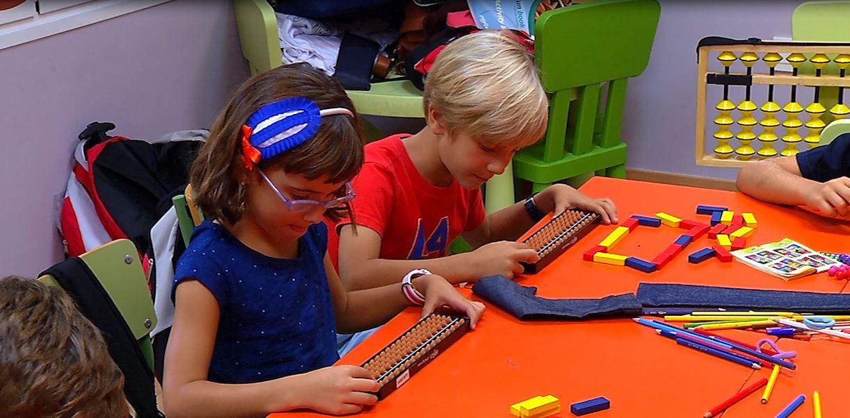 Carmen y José Luis son los creadores de Elefun Little Big Brains, una iniciativa surgida en Málaga cuyo objetivo es desarrollar un método de aprendizaje a través del cálculo mental con ábaco japonés, como un juego. Una encuesta revela que el 77  % de los niños que realizaron esta actividad experimentaron mejoras educativas.