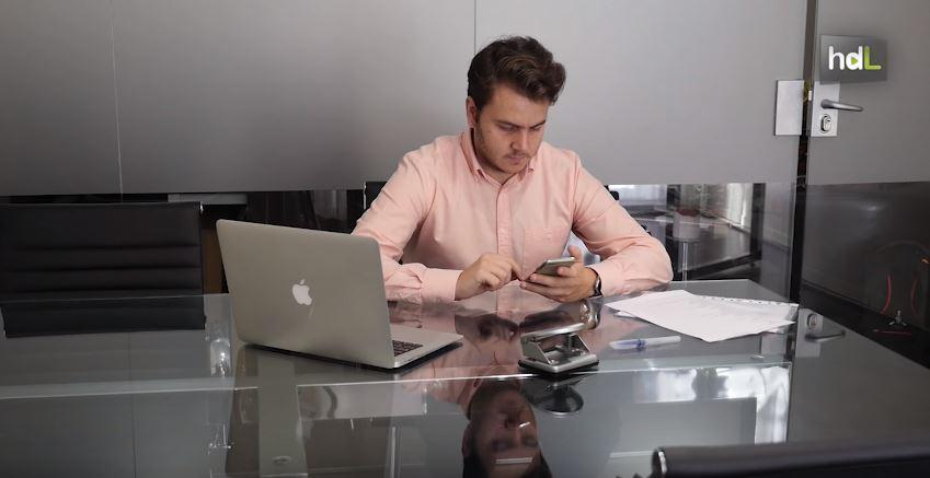 Carlos Ibáñez, joven abogado sevillano, ha creado una aplicación para dispositivos móviles llamada Lexpire. De forma instantánea, esta herramienta permite al ciudadano conocer los plazos para pagar una o varias multas o recurrir un requerimiento de Hacienda. Está pensada para los ciudadanos y para los especialistas del Derecho. Con ella, los abogados pueden calcular los plazos procesales para cada acción en las distintas jurisdicciones.