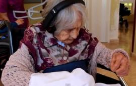 Música e hilos mentales: costura contra el azlhéimer a sus 100 años