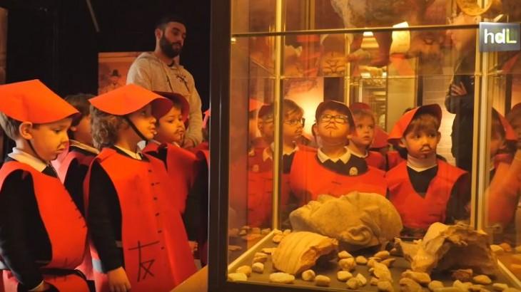 Niños y niñas de cuatro años de la localidad sevillana de Marchena visitan la exposición 'Terracotta Army-Guerreros de Xian' como broche final al estudio durante un mes y medio de la cultura y geografía chinas. Se trata de reproducciones de las míticas figuras encontradas en la tumba de Quin Shi Huang, proclamado en el siglo III a. C. el primer emperador de China. Con esta visita, el profesorado del centro y los padres y  madres pretenden fomentar entre el alumnado el aprendizaje activo y el interés por otras culturas.