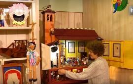 Las manos de Paco y Ramona están detrás de los juguetes de madera que fabrica Arbolé en Granada. Comenzaron a fabricarlos en 1981 y ahí siguen, dibujando sonrisas en pequeños y mayores. Fabrican juguetes infantiles, piezas de coleccionista y autómatas se esconden en un rincón de su taller, en el que también fabrican muebles. En 2016 pretenden abrir las puertas de su taller y organizar visitas.