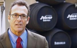 Steve Cook dirige la sección internacional de las Bodegas Barbadillo, empresa de vinos fundada en 1821 en Sanlúcar de Barrameda, provincia de Cádiz. Una entidad con casi 200 años de historia en torno que en el siglo XXI ha impulsado, de nuevo, la vocación internacional que tuvo desde su creación hasta mediados del siglo XX. Desde tradición en la elaboración de sus caldos, la entidad apuesta por la innovación permanente. Esto la ha llevado a sacar el primer tinto andaluz y un espumoso con la uva palomino, la variedad de la tierra.
