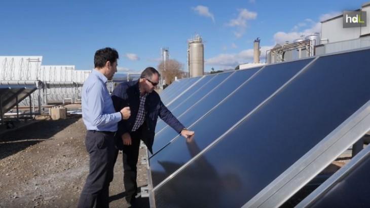 Investigadores de la Universidad de Almería, el CIESOL y la Plataforma Solar de Almería están participando en un proyecto europeo, pionero a nivel mundial, con el que se pretende transformar el calor residual que genera la industria en energía eléctrica. Lo que hacen es poner, en un circuito cerrado, una disolución de alto contenido en sal y otra diluida que con su movimiento producen electricidad. El inconveniente de dicho proceso es que se genera una salmuera que hay que regenerar para volverla a usar en la obtención de energía. Y esto se consigue usando el calor residual de las empresas.