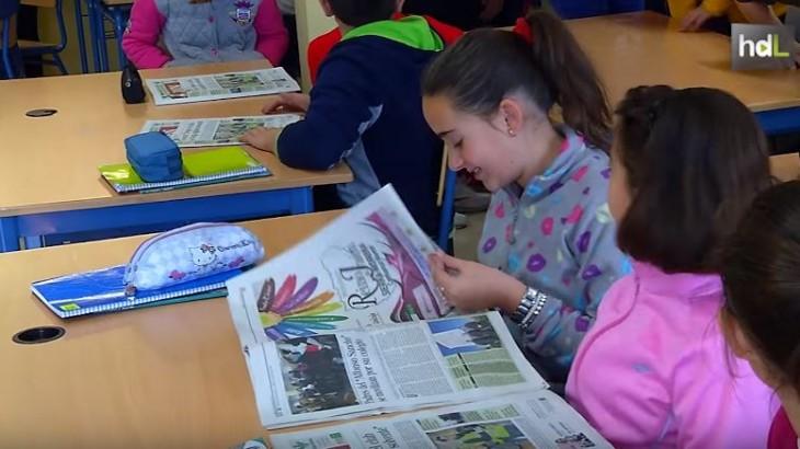 El Diario Jaén promueve desde hace tiempo una iniciativa que trata de fomentar la lectura y la escritura entre los escolares, así como crear un mundo más crítico a través de la prensa. Para ello recorre los centros educativos de las poblaciones más pequeñas para contar qué es un periódico y cómo funciona. Además, cada año convocan un concurso de redacción.