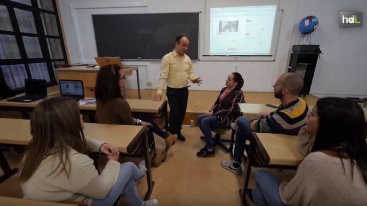 La Universidad de Almería es la única del mundo que utiliza una novedosa herramienta de aprendizaje colaborativo online. Se trata de Viyou, la aplicación de videoanotaciones que permite a los profesores interactuar con los alumnos en directo. Docentes y estudiantes pueden subir un vídeo o introducir anotaciones en los mismos en cualquier momento,  creando así un diálogo y una suma de contenidos que van más allá de las puertas del aula. Viyou ha sido patentado por investigadores de las universidades de Almería, Huelva y Sevilla.