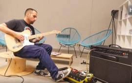 'La Cosa' es una creación de la startup sevillana Ad-Lib. Está dirigido a solucionar los problemas del guitarrista cuando está sobre el escenario. Se acopla a la pedalera analógica, que es lo que sirve para crear efectos de sonido como ecos, distorsiones, ecualizaciones… Hasta ahora, el guitarrista tenía que pisar varios pedales, desconectar uno, accionar otro… 'La Cosa' permite crear los efectos deseados pisando una sola vez. Además, puede ser programada a  través de un dispositivo móvil.