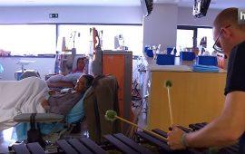 Cambiar teatros y auditorios por hospitales y centros para niños con discapacidad. Es lo que hace Sinfonendo, una asociación solidaria de músicos y profesores del Conservatorio Profesional de Música Ángel Barrios de Granada. Sus notas musicales suenan, por ejemplo, en la unidad de Hemodiálisis del Complejo Hospitalario Universitario de Granada.