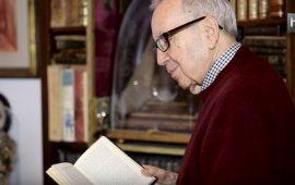 El escritor Pablo García Baena nació en Córdoba en 1921. Es uno de los mayores exponentes de la poesía española del siglo XX, fundador del Grupo Cántico junto a Mario López, Ricardo Molina y Juan Bernier. Es Premio Príncipe de Asturias de Las Letras, Premio Reina Sofía de Poesía Iberoamericana e Hijo Predilecto de Andalucía.