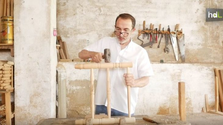 Manuel Jesús Valle es un maestro artesano que elabora sillas de enea en Galaroza, en la Sierra de Huelva. Sigue el oficio de su padre, de su abuelo y del padre de su abuelo. Veía cómo sus mayores fabricaban sillas mucho antes de aprender a decir silla. Con el tiempo, ha sido reconocido con la Carta de Maestro Artesano de la Junta de Andalucía. Sus sillas han viajado por todo el mundo, incluso a los escenarios de la Ópera de Viena, donde han sido parte del atrezo de obras como 'La Sílfide'.