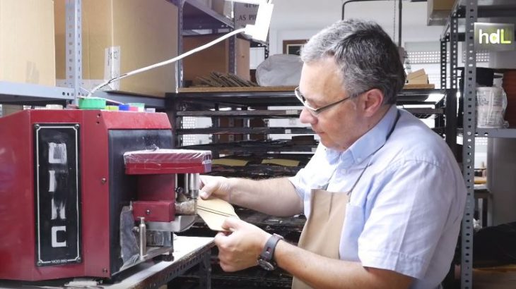 Este artesano de Ubrique, en Cádiz, fue el primer marroquinero en recibir en 2012 la Carta de Maestro Artesano de la Junta de Andalucía. Le avalan décadas de experiencia en el taller. Empezó en el oficio con 14 años y con 21 ya tenía su propio negocio. Pero para Juan Luis Casillas la marroquinería es mucho más que un trabajo: representa la idiosincrasia, la cultura y la historia de su pueblo. Por eso, más allá de lo económico, intenta llevar los secretos del oficio a las nuevas generaciones para que no se pierda. Los diseños de Casillas Piel son muy apreciados fuera de España, donde vende el 90 % de su producción.