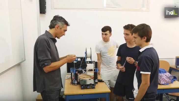 José Pujol es ingeniero en Automática y Electrónica. Hace una década dejó su trabajo en la empresa privada para dedicarse a la docencia. Desde entonces, ha puesto en marcha un innovador sistema de enseñanza de robótica y programación con el que los alumnos no reciben clases téoricas, sino que aprenden desarrollando proyectos: invernaderos automatizados, casas inteligentes, impresoras 3D… Su labor en el IES Vicente Alexaindre de Sevilla ha hecho que reciba en 2016 el premio 'Antonio Domínguez Ortiz', concedido por la Junta de Andalucía, por innovar en las aulas.