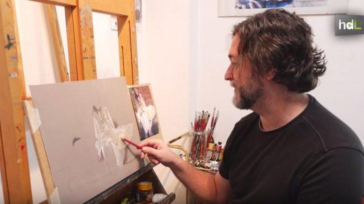 """El sevillano Miguel Rodríguez es un pintor autodidacta que hace del dibujo su principal virtud y el motivo de su diversión. Porque él pinta cuando le apetece y, sobre todo, porque le divierte. Se inició con 16 años. Tres décadas después, puede contar que ha expuesto por toda Europa y Estados Unidos. A través de sus obras trata de capturar, asegura, la parte espiritual del ser humano: eso que es intangible, pero que según él explica la verdadera naturaleza humana. ¿Su estilo? """"No es hiperrealista, aunque a veces me pongan esa etiqueta"""", contesta Miguel Rodríguez. Con influencias surrealistas, opta por 'realismo onírico' a la hora de asumir una corriente."""