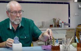 El maestro ceramista Damián Ponce nació en 1951. Es propietario de un taller en la localidad cordobesa de Castro del Río desde 1975. A los 19 años tenía claro que quería convertir su pasión en su profesión y comenzó sus estudios de cerámica. Ha formado parte de la Federación de Artesanos de Andalucía, desde donde ha transmitido un concepto nuevo de actividad artesanal, sin perder su humildad ni las ganas de trabajar. En el año 2014 le fue otorgada la Carta de Maestro Artesano, reconocimiento de la Junta de Andalucía a su larga trayectoria como artesano manual, usando la porcelana de tal forma que cada pieza sea única. No se considera  maestro de nadie, simplemente pretende seguir trabajando en su taller donde sus piezas más significativas son las meninas. En la actualidad se dedica a la cerámica comercial pero no descarta regresar a la cerámica creativa.