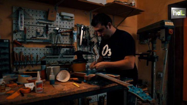 La necesidad y la curiosidad llevaron a Alejandro Ramírez, almeriense, a fabricar su primera guitarra eléctrica cuando tenía 18 años. Tocaba en un grupo de rock y no podía permitirse comprar guitarras buenas debido a su elevado coste económico. Así que decidió probar a hacerse su propia guitarra. Así comenzó lo que hoy es su trabajo y a la vez pasión. En 2006 creó su empresa O3 Guitars, donde construye una veintena de guitarras al año para clientes de España, Alemania, Inglaterra o Francia. Utiliza maderas de distinta procedencia como el cedro español o el arce canadiense para elaborar guitarras ergonómicas, con muy buen sonido y con diseños originales y únicos que sus clientes pueden adaptar a su gusto.