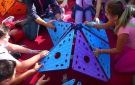 Un nuevo juguete que combina aplicaciones digitales con la interacción en un espacio físico que el propio niño puede crear. Se trata de Tutakaboo, una idea de dos arquitectos que han desarrollado a través de Mi Refugio Infantil, una spin-off de la Universidad de Granada. Por un lado, hay piezas con las que los niños construyen un espacio de juego y, por otro, aplicaciones móviles para jugar dentro de ese espacio.