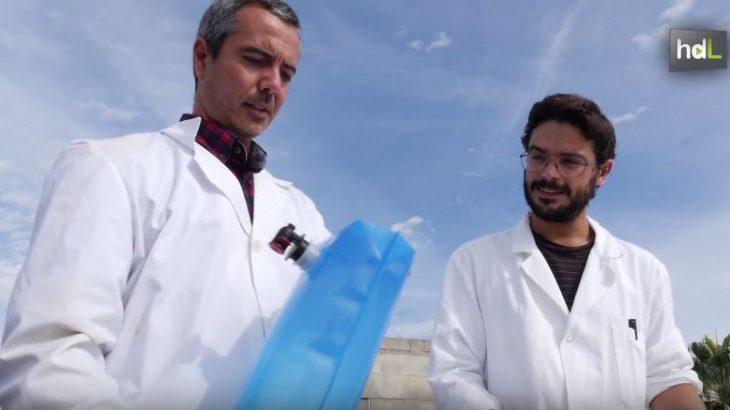 Investigadores del Departamento de Tecnologías del Medio Ambiente de la Universidad de Cádiz han desarrollado un dispositivo que permite desinfectar agua eliminando las bacterias a través de los rayos del sol. Tiene un coste de dos euros por unidad, su eficacia se mantiene hasta seis meses y está pensado para zonas empobrecidas y situaciones de emergencia. En el mundo mueren cada día 6.000 personas por la dificultad para consumir agua potable. Desde la Universidad de Cádiz, proponen esta herramienta para combatir uno de los mayores problemas de la Humanidad.
