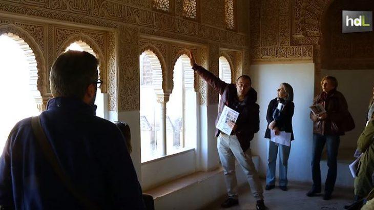 Una oportunidad para conocer la Alhambra de Granada desde diferentes puntos de vista, y siempre de la mano de un experto. Es lo que ofrece el programa 'La Alhambra más cerca', en el que expertos universitarios se convierten en guías de visitas que profundizan en aspectos como las matemáticas, la geometría, la música o la poesía, y que permiten además recorrer rincones que habitualmente no están abiertos al público.