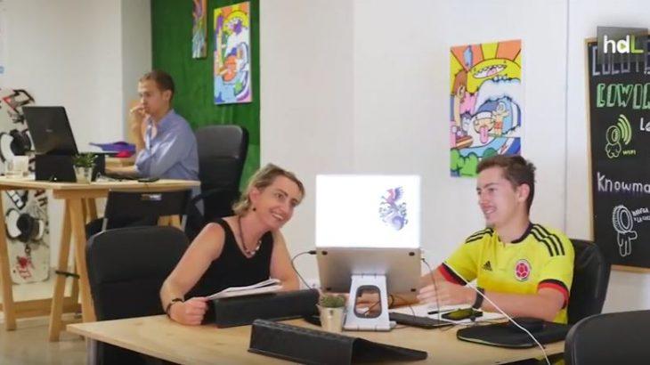 El primer hostel coworking de Europa está en Tarifa, en Cádiz. La Cocotera es la iniciativa empresarial de Verónica y Marina. Dos jóvenes licenciadas que vieron posibilidad de negocio en ofrecer un espacio de alojamiento y oficina compartida a un creciente número de trabajadores llamados nómadas digitales.
