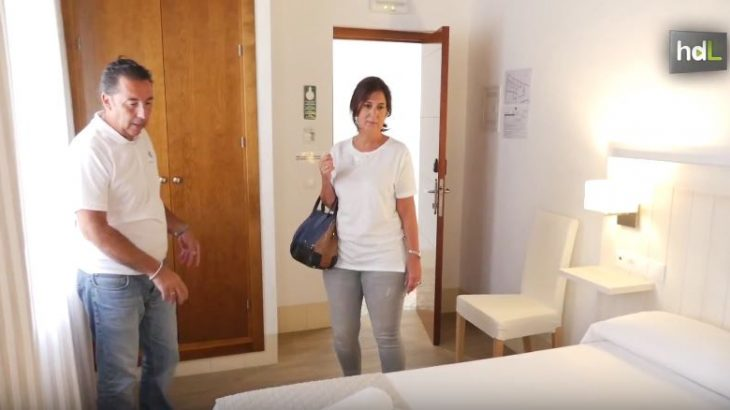 En Conil de la Frontera los hosteleros no compiten entre ellos, se ayudan. De la solidaridad de 48 alojamientos ha nacido la web Conil Hospeda, una plataforma de reservas que aglutina el 70 % de la oferta hotelera de la localidad, y que elimina intermediarios y comisiones.
