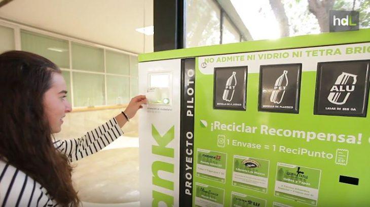 Se llama Recibank, y es el primer sistema de reciclaje español que te ofrece una recompensa por reciclar. Al depositar en él botellas de plástico o latas, el usuario obtiene puntos canjeables por descuentos en diferentes tipos de negocios. Este proyecto lo ha desarrollado un grupo de jóvenes emprendedores en Granada.