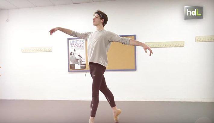 Este malagueño no tenía muy claro a qué se quería dedicar hasta que vio la película Billy Elliot. Desde entonces Ciro Tamayo empezó a formase en la danza, primero en Málaga y después en Madrid, hasta graduarse en la Royal Ballet School de Londres en 2011. Ese mismo año fichó por el Ballet Nacional de Uruguay, del que en 2014 se convierte en bailarín principal.