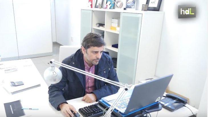 José Luis Ruiz es el fundador y director de Approx Iberia, una compañía sevillana dedicada a la producción de dispositivos electrónicos de última generación: tablets, smartphones, televisiones, wearables, productos para aficionados a videojuegos… En las instalaciones de la localidad de Gelves, sus ingenieros diseñan productos de electrónica que viajan ya por toda Europa. José Luis comenzó trabajando en una distribuidora de accesorios para ordenador. Creó luego su propia compañía funcionando como marca blanca. Hoy, con tres marcas propias ya en el mercado, pretende hacerse un hueco, poco a poco, entre los gigantes del sector.