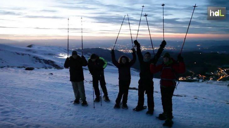 Disfrutar de la nieve y al mismo tiempo de unos atardeceres diferentes. En Granada la empresa Desafíos sin Límites ha lanzado unas rutas al atardecer en raquetas de nieve por Sierra Nevada. Los visitantes se desplazan por la nieve a casi 2.500 metros de altitud y disfrutan de un atardecer singular.