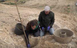 Investigadores del Centro Andaluz para la Evaluación y Seguimiento del Cambio Global (CAESCG) de la Universidad de Almería colaboran en un proyecto europeo en el que utilizan 'Cocoon', una especie de macetero subterráneo biodegradable para la reforestación y el desarrollo socioeconómico de zonas semiáridas frías del interior de la provincia de Almería. Este método ayuda a las especies a sobrevivir durante su primer año de plantación, el más crítico. Están plantando almendros ecológicos que ayuden a la economía de los agricultores de la zona y plantas en peligro de extinción.
