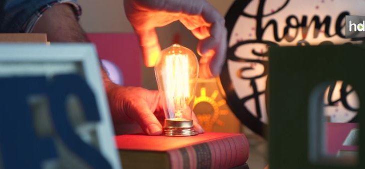 Paqui Alemán y Alejandro Ruiz se conocieron en trabajando en una empresa de publicidad. Ella es natural de Almería y él un madrileño que lleva más de 25 años viviendo en esta ciudad andaluza. Tras el cierre de la empresa en la que trabajaban decidieron dar un salto y utilizar sus conocimientos de diseño para crear en 2013 La Reciclería, una iniciativa en la que hacen lo que más les gusta: trabajar con las manos y dar vida a objetos desechados, principalmente libros. Con ellos hacen lámparas y objetos decorativos que se venden a través de internet por toda España y principalmente en los países del norte de Europa.