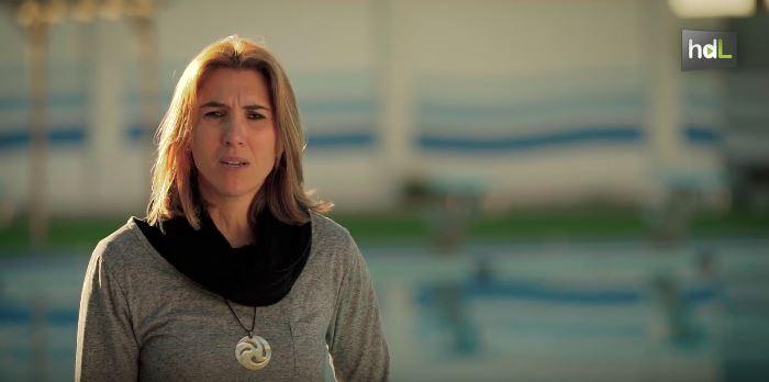 Más historias de luz en www.historiasdeluz.es  Natural de Alicante y almeriense de adopción, la relación de Patricia Quintanilla con el deporte nace cuando tenía 7 años. Comenzó a formar parte de un equipo de baloncesto pero una lesión la obligó a dejarlo y comenzó a practicar natación, ya con 19 años. Este deporte le ha brindado la oportunidad de ser campeona de España en máster +30 y +35 y  lograr el récord de España en la prueba 100 crol y en 50 y 100 espalda. Además, ha sido campeona de Andalucía en categoría absoluta. En la actualidad ha dejado de competir pero su vida sigue vinculada a otros deportes como el alpinismo o el kitesurf que utiliza como vínculo solidario, organizando actividades benéficas a favor de los niños enfermos de cáncer de Almería.