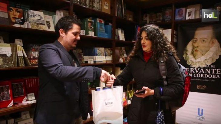 La editorial cordobesa Utopía ofrece a los lectores una tarifa plana para la compra de libros. A través de su propia librería o por internet, los amantes de la lectura pueden escoger un libro al mes de entre el centenar de títulos de su catálogo a un precio único muy por debajo de lo habitual en el mercado: 8,50 euros al mes. Los clientes que se suscriben a esta tarifa plana pueden recoger sus libros en el establecimiento o bien recibirlos a domicilio en Córdoba o en cualquier ciudad. Y, además, esta oferta que pretende fomentar la lectura también invita a los clientes a participar en las presentaciones de libros y otras actividades culturales que realiza la editorial.