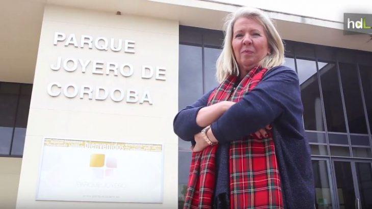 Milagrosa Gómez ha sido la primera mujer en dirigir una asociación de empresarios de la joyería en España, un sector altamente masculinizado. Desde 2012 está al frente de la Asociación de Joyeros de Córdoba, desde donde se produce el 60% de la joyería de todo el país. Ella fue durante años la única mujer que dirigía su propia empresa en este sector, donde logró romper el techo de cristal y estar a los mandos de este mundo de metales y piedras preciosas.