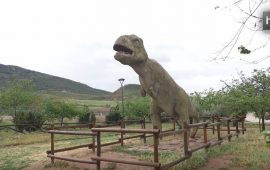 En Santisteban del Puerto (Jaén) hay localizadas 26 enigmáticas huellas de dinosaurio. Las últimas investigaciones han arrojado un poco de luz sobre ellas, aunque aún no se sabe a qué especie pertenecen, sí que se trata de un antepasado de los poposaurios o los terópodos, especies típicas de dinosaurios que caminaban sobre dos patas. Las huellas son únicas en el mundo por su antigüedad –tienen 230 millones de años- y su forma