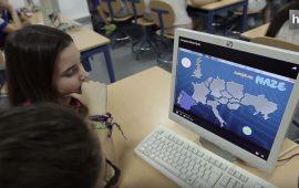 Alumnos del IES Américo Castro de Huétor Tájar (Granada) han desarrollado una app educativa que ha sido premiada por el Ministerio de Educación. El videojuego, denominado 'European Maze', lo han realizado junto a un grupo de alumnos de Eslovaquia, dentro del proyecto europeo eTwinning.